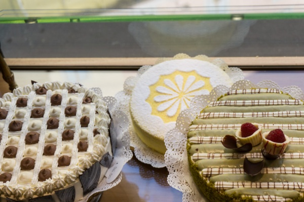 Cakes in the window of Pasticcherie Marchesi. How to have breakfast in Milan on mycustardpie.com