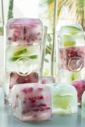 Flavoured ice cubes - a simple way to transform a cocktail. Bookmark for long hot summer days or when you are dreaming of summer. Pomegranate Cointreau fizz on mycustardpie.com