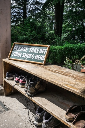 sign saying take your shoes off